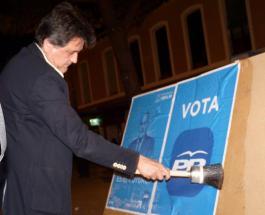 Inicio de campaña, pegada de carteles del Partido Popular